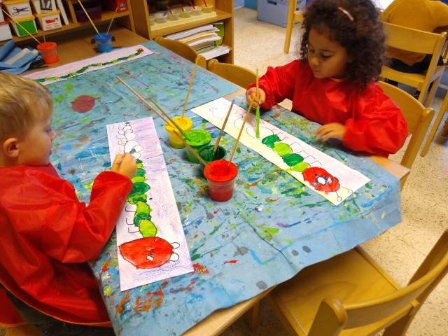 We hebben rond het boek: 'Rupsje Nooitgenoeg' gewerkt in onze klasjes!